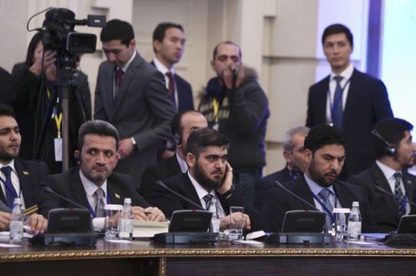 Оппозиция представлена вооруженными группировками, действующими в основном на севере и в центре страны, отчасти на юге. Один из главных переговорщиков — представитель «Джейш аль-Ислам» Мухаммед Аллуш (в центре).