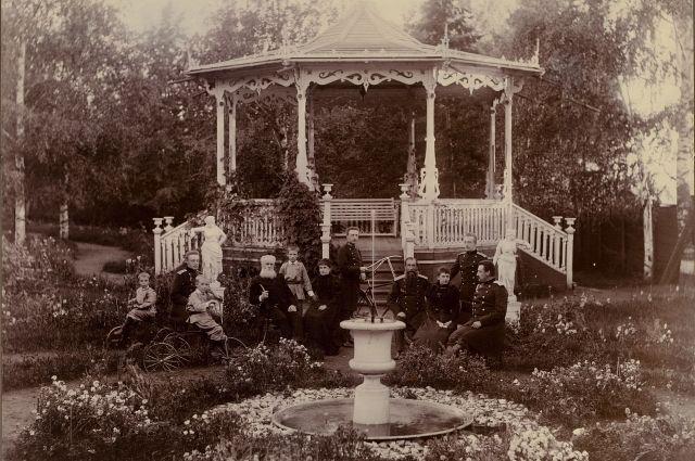 В саду у беседки.