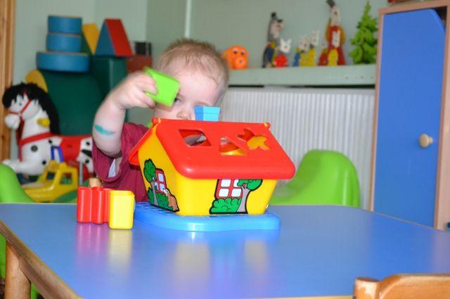 В детском саду дети не играют в игрушки, а занимаются по специальным программам, направленным на творческое и физическое развитие малышей.