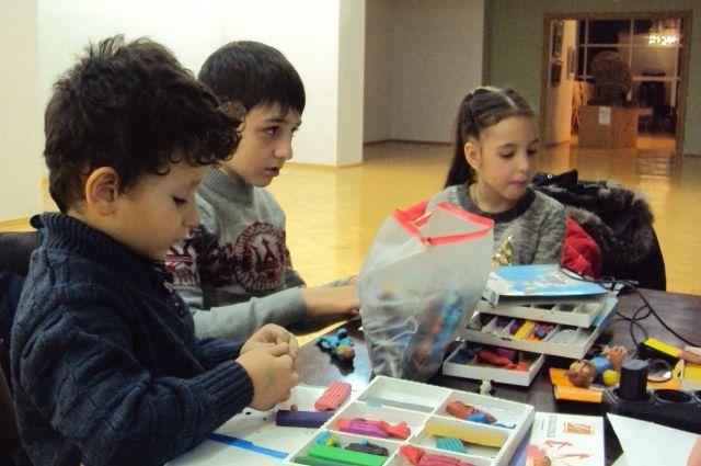 Дети с удовольствием творят из пластилина.