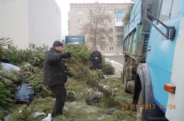 В Первомайском районе очищают контейнерные площадки.