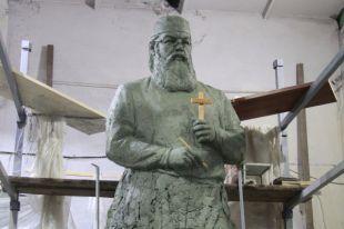 По замыслу художника и скульптора, святитель будет держать в руках крест и скальпель. Это символизирует хирургическое дело, и благословение студентов на добрые врачебные дела.