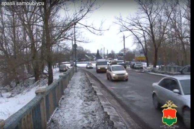 Брянские полицейские спасли мужчину, который пытался покончить ссобой
