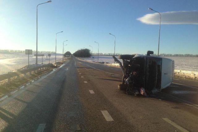 Микроавтобус перевернулся под Пятигорском, пострадал шофёр