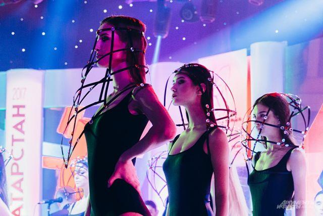 Головные уборы конкурсанток назвали клетками в стиле БДСМ