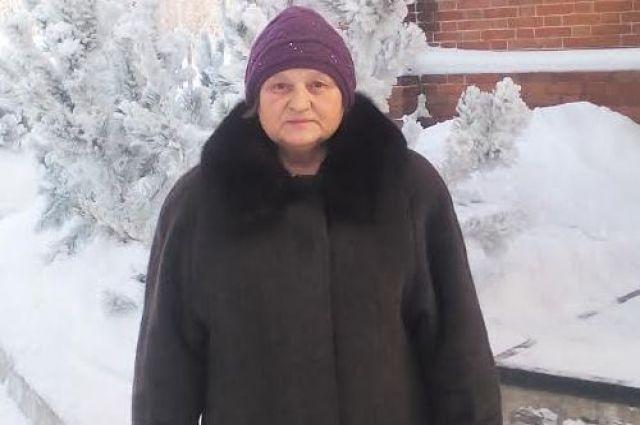 Пенсионерка в морозные дни греется  в храме.