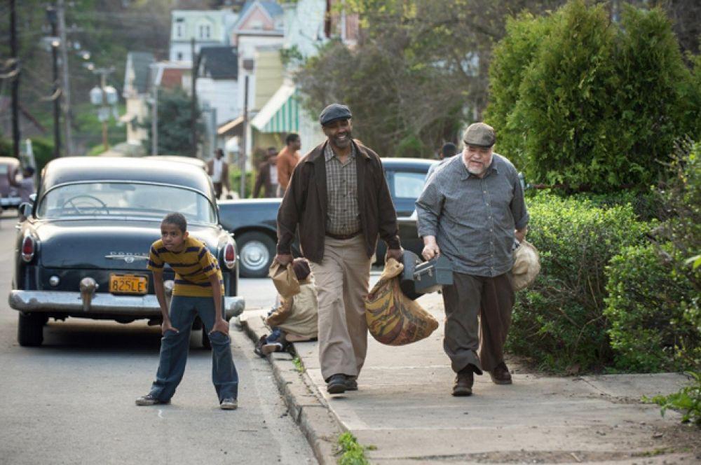 Драма режиссёра Дензела Вашингтона «Ограды» о немолодом афроамериканце из рабочего класса, который старается всеми силами обеспечить свою семью в Америке 1950-х годов, в то же время пытаясь смириться с происходящими событиями в его жизни.