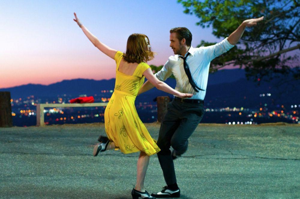 Уже завоевавший в этом году семь премий «Золотой глобус» фильм-мюзикл «Ла-Ла Ленд» Демиена Шазелла.