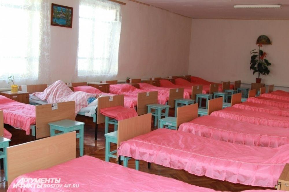 В отряде с облегченными условиями содержания кровати расположены в один ярус. Здесь живут, в том числе беременные женщины. В остальных отрядах девушки спят на двухъярусных кроватях.