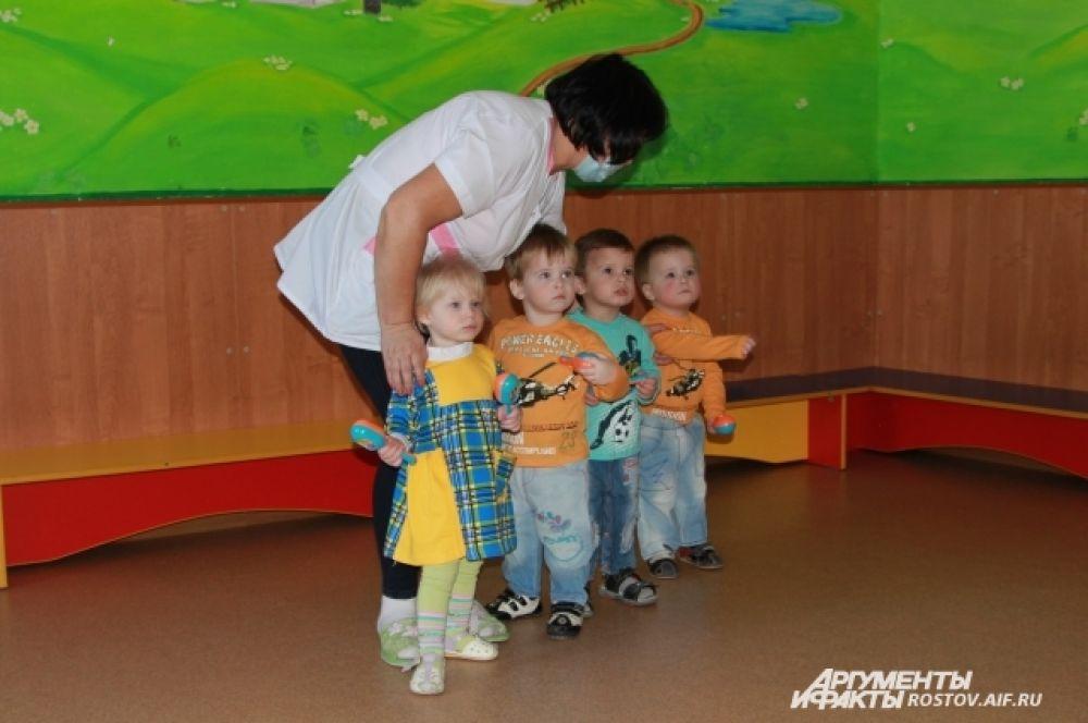 Всего в Доме ребенка за колючей проволокой воспитывают 35 детей. Когда им исполнится три года, детей передадут родственникам или попечителям.