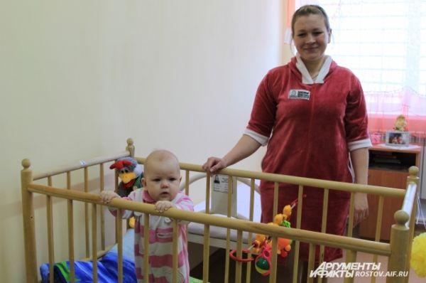 Пока здесь поселились две женщины, одна из которых - Ольга, осужденная за убийство. У нее уже есть двое детей, родившаяся уже в колонии дочь - шанс на исправление и досрочное освобождение.