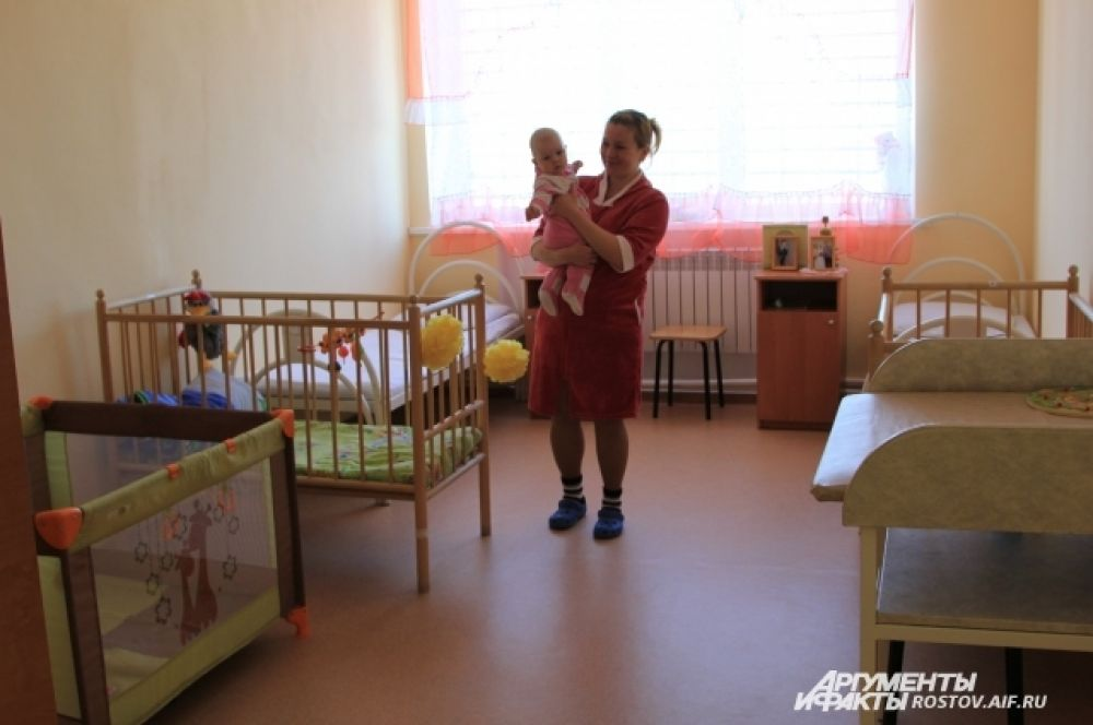 У Ольги рядом с кроватью на тумбочке фотографии взрослых детей и мужа. Выйдет она на волю в 2021 году.
