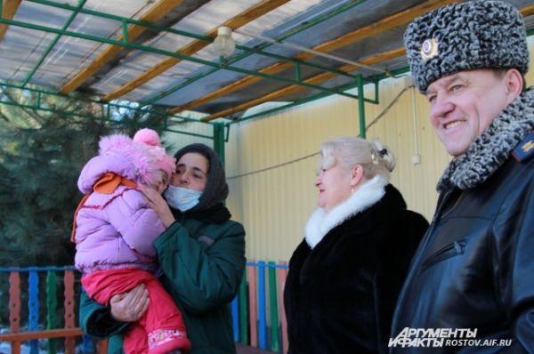 Эта женщина – цыганка, как она сказала, осуждена за распространение наркотиков. Гулять с детьми позволяют только самым дисциплинированным заключенным.