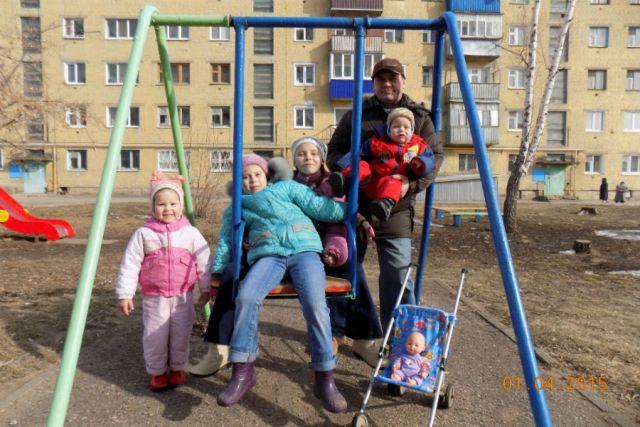 Дружному семейству Богдановых вольготно только на прогулке, а в одно такси они не помещаются.