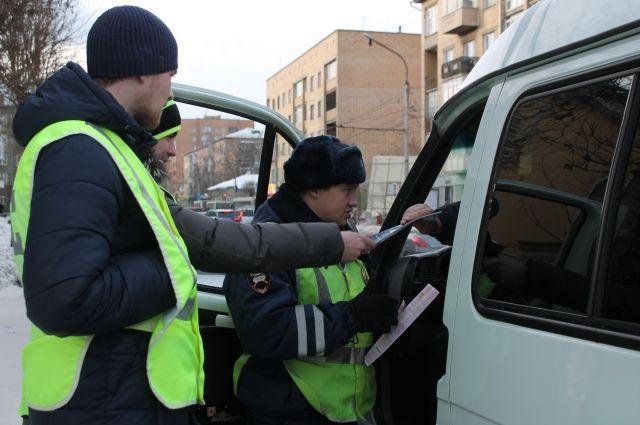 Водителям вручили памятки по безопасному вождению.