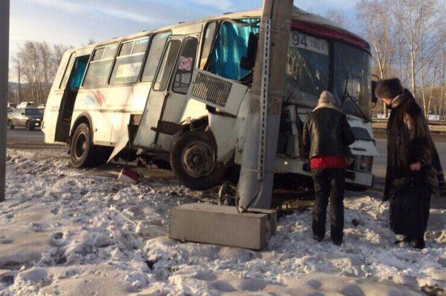 Маршрутка спассажирами въехала встолб наОктябрьском мосту: подрезали