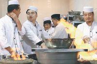 Здесь готовят всё и делают вкусное хоть из лапок кузнечика, хоть из каракатицы.