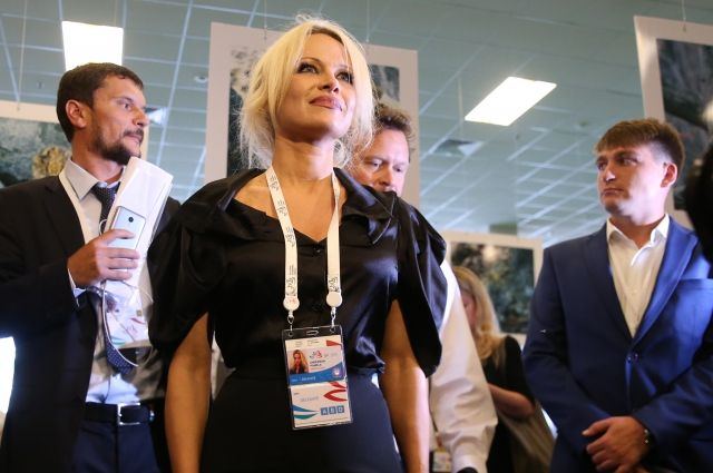памела андерсон пообещала подарить жене трампа шубу российского