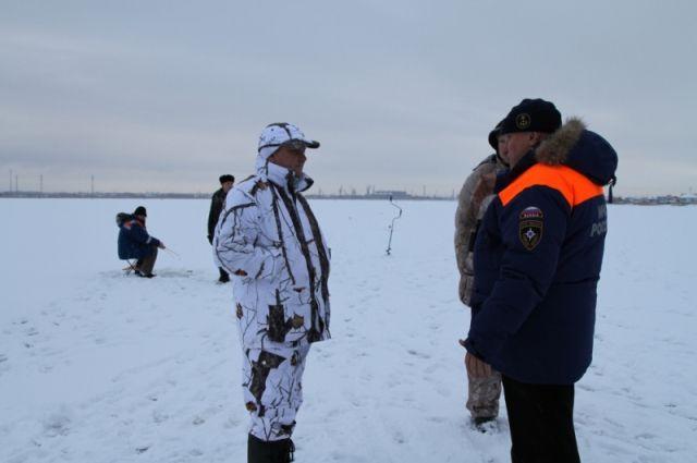 Более 40 рыбаков вышли на тонкий лед Куршского и Калининградского заливов.