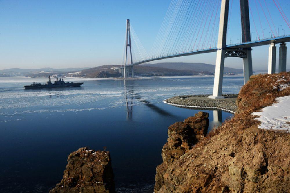 Большой противолодочный корабль Тихоокеанского флота РФ «Адмирал Трибуц» в проливе Босфор Восточный во Владивостоке.