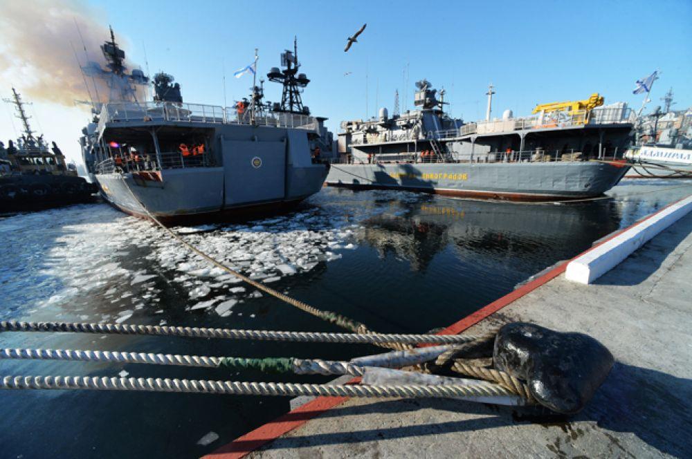 Большой противолодочный корабль Тихоокеанского флота РФ «Адмирал Трибуц» во время швартовки во Владивостоке.