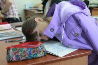 Спящие на партах студенты не редкость: многие из них с первого курса совмещают работу и учёбу.