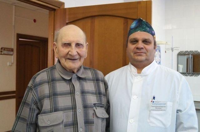 Семён Козьмин и сердечно-сосудистый хирург Сергей Молодых остались довольны успешно проведённой операцией и друг другом.