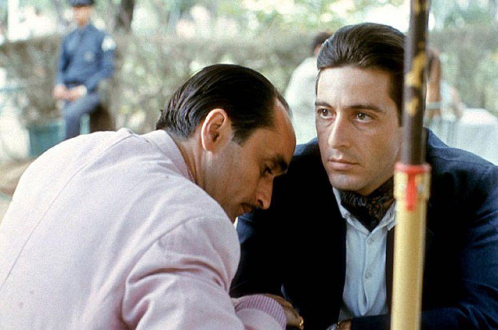 3 место — «Крёстный отец 2» (Фрэнсис Форд Коппола, 1974). Вторая часть гангстерской саги, повествующая об итальянской мафиозной семье Корлеоне. Некоторые критики считают его превосходящим оригинал 1972 года. Рейтинг IMDb: 9.0