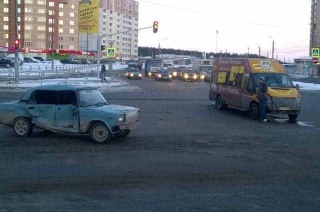ВЧелябинске «семерка» врезалась вмаршрутку, есть пострадавшие