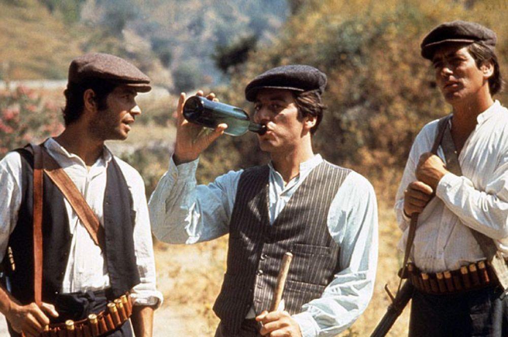 2 место — «Крёстный отец» (Фрэнсис Форд Коппола, 1972). Пользователи сайта IMDb выше оценивают всё же первую часть саги. Рейтинг IMDb: 9.2
