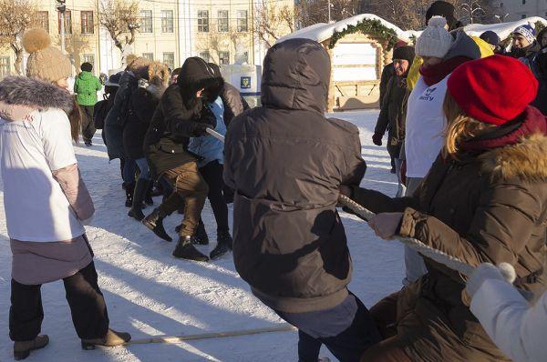 Студенты соревновались в перетягивании каната.