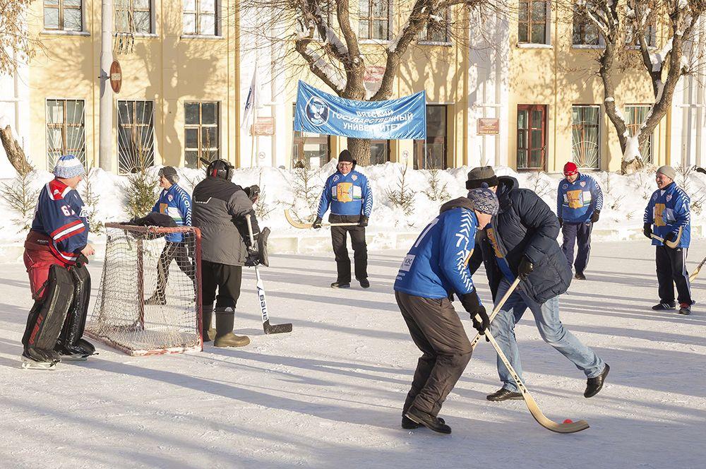 Хоккейный матч между командой студентов и командой ректора прошел в Кирове впервые.