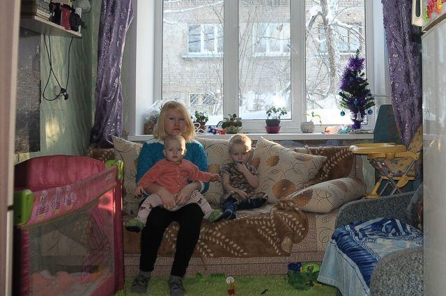 В своей комнате Пекшуровы сделали ремонт. Но за её пределами — разруха.