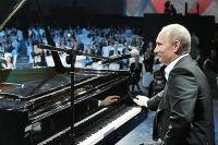 Владимир Путин поёт на благотворительном концерте, 2010 г.