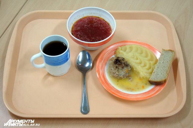 Стоимость обедов при одинаковом наборе продуктов отличается в 4 раза.