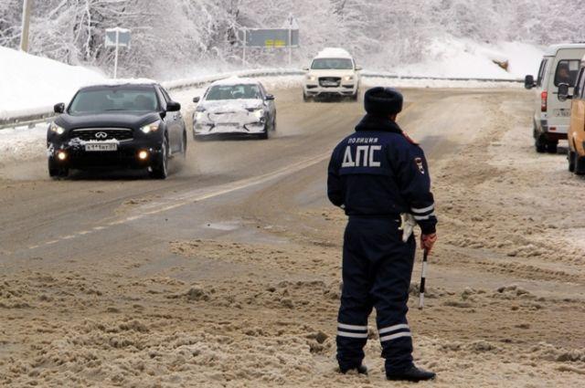 Полицейские помогают в ликвидации последствий непогоды