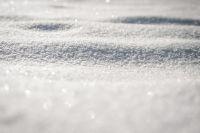 Тротуары и дороги завалены в Омске снегом.