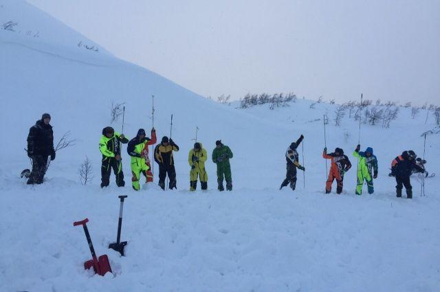 Спасать туристов из-под снега начали сразу же после вызова.