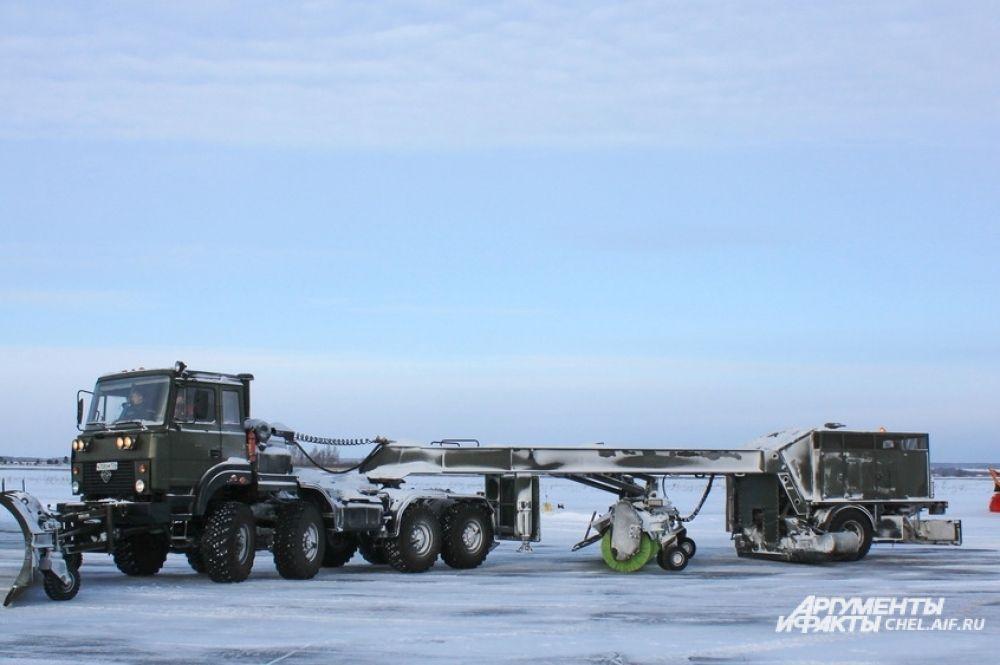 Плужно-щеточные машины БС-400 счищают снег на край полосы.