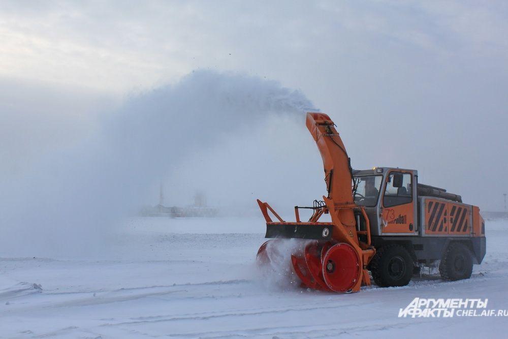 Оставшийся после плужно-щеточных машин снег необходимо отбросить не менее чем на 25 метров от полосы, для этих целей используется фрезерно-роторная машина Rouba.