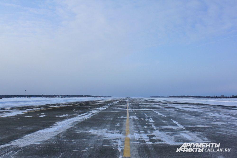 В первую очередь от снега расчищают взлётно-посадочную полосу, рулежные дорожки, места стоянки самолетов, затем весь остальной аэродром.