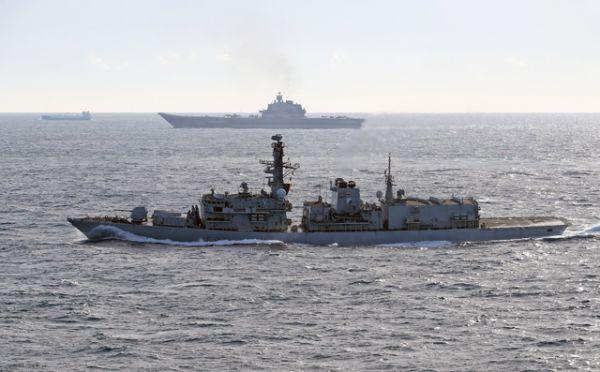 Британский корабль St Albans (на первом плане) сопровождает российский тяжёлый авианесущий крейсер «Адмирал Кузнецов».