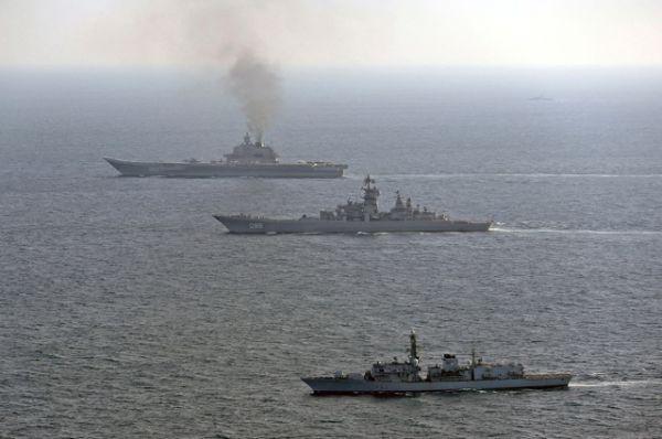 Британский корабль St Albans (на первом плане) и самолеты британских ВВС сопровождают российские корабли