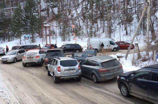 В выходные дни улица Свердловская в районе поворота на «Центральные Столбы» сплошь заставлена автотранспортом.