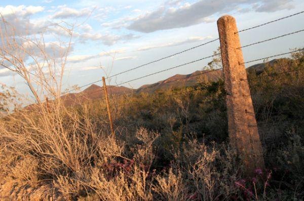 На некоторых участках заграждение может представлять собой проволочный забор для скота, забор из вертикально поставленных рельс, забор из стальных труб c залитым внутрь бетоном или даже завал из расплющенных под прессом машин.