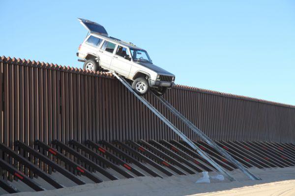 Наличие такой полосы связано с тем, что были зафиксированы случаи, когда нарушители преодолевали одиночный забор на автомобиле при помощи гидравлической рампы.