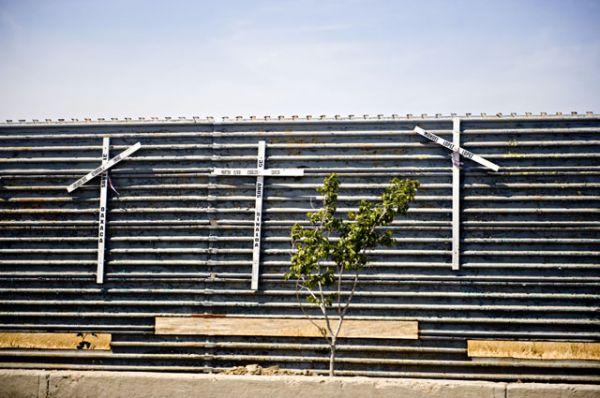 Строительство стены привело к увеличению количества попыток пересечь границу через пустыню Сонора и переход в горах Бабокивари. До ближайшей дороги людям необходимо преодолеть расстояние около 80 километров в тяжёлых условиях, из-за чего многие нелегальные иммигранты погибают.