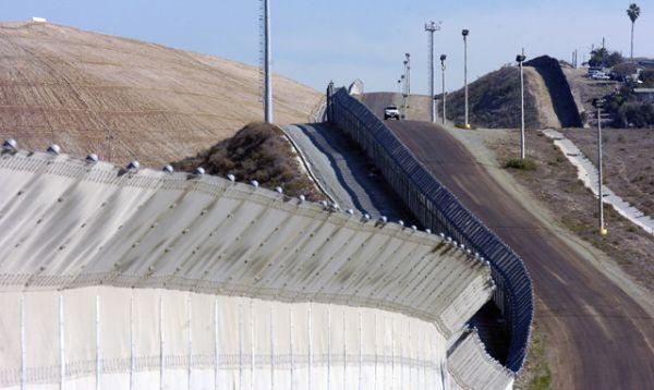 Наиболее сильно укрепленный участок находится на въезде в приграничный город Сан-Диего в штате Калифорния. Со стороны Мексики в этом месте находится город Тихуана в штате Нижняя Калифорния.