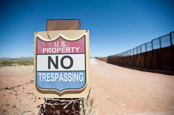 Между заборов пролегает полоса «ничьей земли» (No man's land), которую погранслужба США патрулирует при помощи ярких прожекторов, бронированных грузовиков и видеокамер.