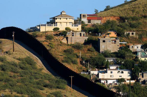Cтена, разделяющая города-близнецы Ногалес в Аризоне, США, и Ногалес в штате Сонора, Мексика.